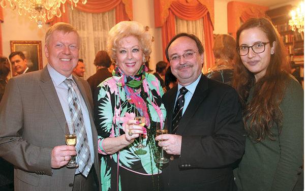 Vorweihnachtlicher Cocktailempfang bei Konsulin Birgit Sarata