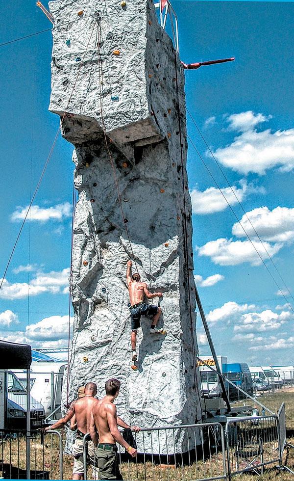 klettern am 10 Meter-Hervis-Kletterturm