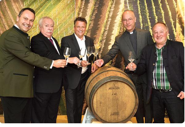 Bei der Weintaufe am Weingut Wien Cobenzl