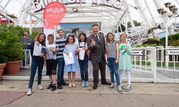 Bürgermeister Dr. Michael Ludwig mit Schulkindern im Prater