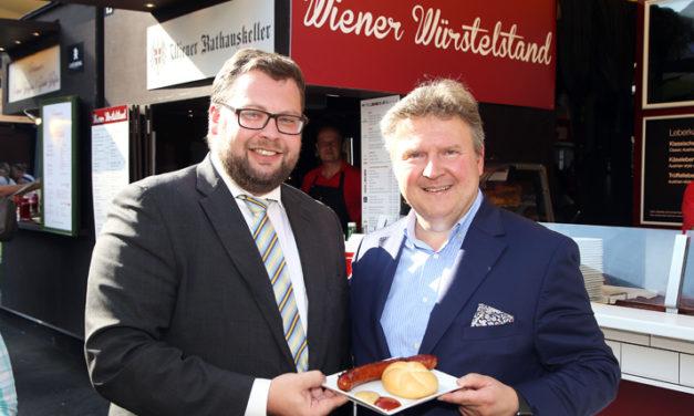 Prominenter Gast testet Street Food auf Wienerisch