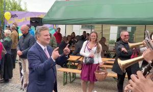 Bürgermeister Dr. Michael Ludwig dirigiert am Stammersdorfer Mailüfterl