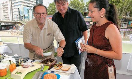 """Wettkochen für den ,,Captain's Burger"""" der DDSG Blue Danube"""