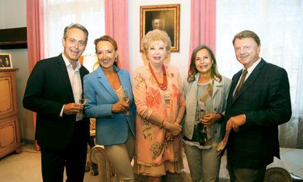 Konsulin Prof. Birgit Sarata lud zum Cocktail