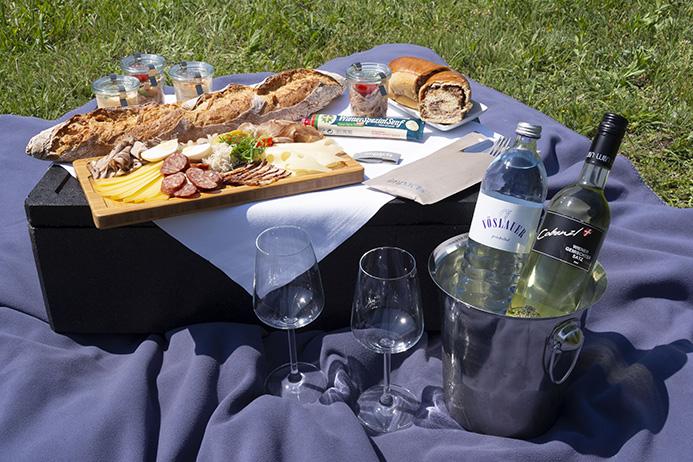 Picknick-Genussboxen mit edlen Tropfen und österreichischen Schmankerln